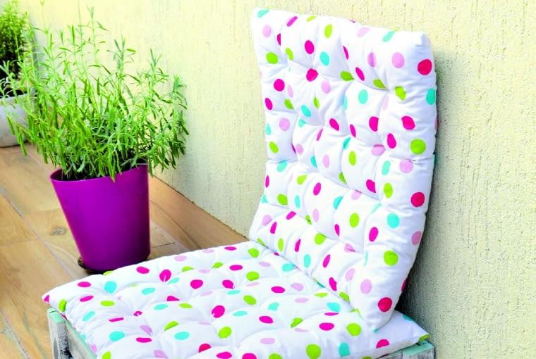 Gdy potrzebne jest dodatkowe siedzisko, np. dla dzieci, na balkon wędruje mała drewniana skrzynka. Wyścielona poduchą staje się całkiem wygodnym fotelem.