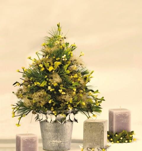 Ozdoby i dekoracje świąteczne na Boże Narodzenie. Choinka z gałązek jemioły, sosny i pędów powojnika przystrojonych puchatymi owocami