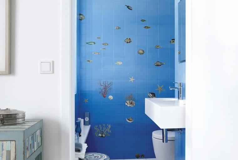 Niektóre barwy optycznie 'przybliżają' (tych lepiej unikać w małym wnętrzu), inne, np. błękit - 'oddalają'. Gdy wzór na ścianie dodatkowo kojarzy się z przestrzenią, efekt będzie jeszcze bardziej spektakularny.