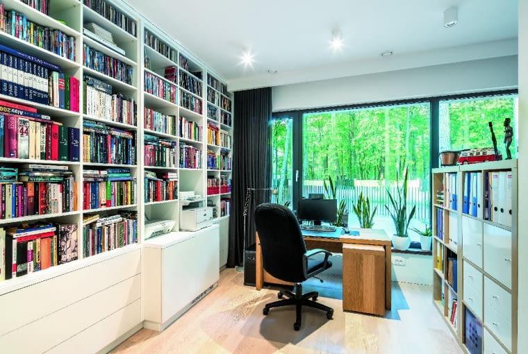 Proste, nowoczesne w formie wyposażenie domu jest wygodne, a przy tym nie odwraca uwagi od tego , co najpiękniejsze - przyrody za oknem
