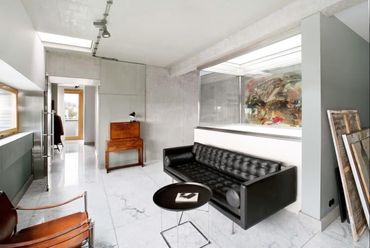Hol wyłożono białym marmurem z Carrary o delikatnym użyłkowaniu; sofa Magister (Flexform).