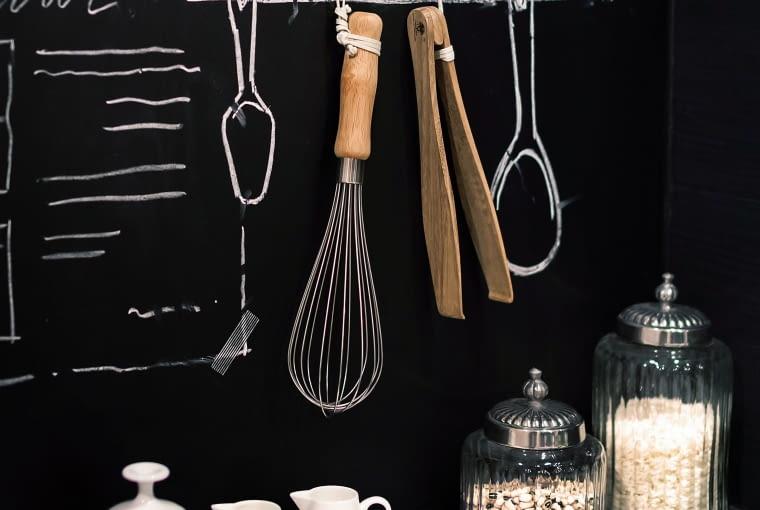 KUCHENNE INSPIRACJE. Na ścianie pomalowanej tablicówką zanotujesz przepis kulinarny lub zrobisz listę zakupów. Inie przejmuj się, jeśli zabrudzisz ją podczas gotowania. Przecież złatwością da się umyć!