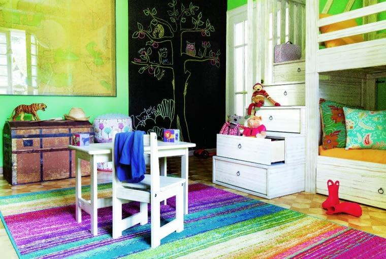Miękka wykładzina lub dywanik uprzyjemni zabawę na podłodze.