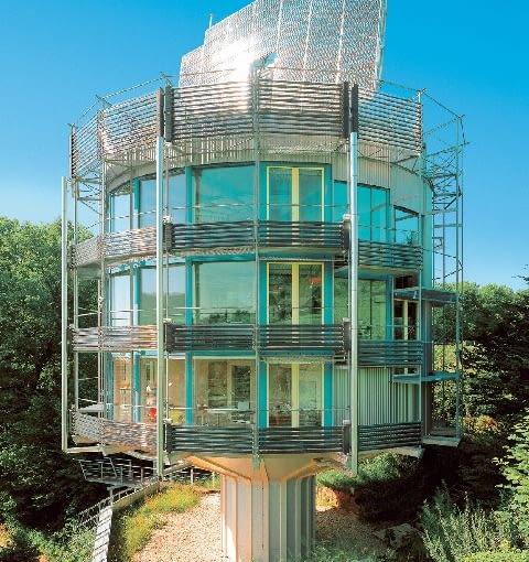Dom HELIOTROP. Autor projektu: Rolf Disch. Liczne okna, baterie słoneczne i kolektory słoneczne wbudowane w bryłę budynku pochłaniają energię słońca i przetwarzają ją na energię potrzebną do funkcjonowania domu