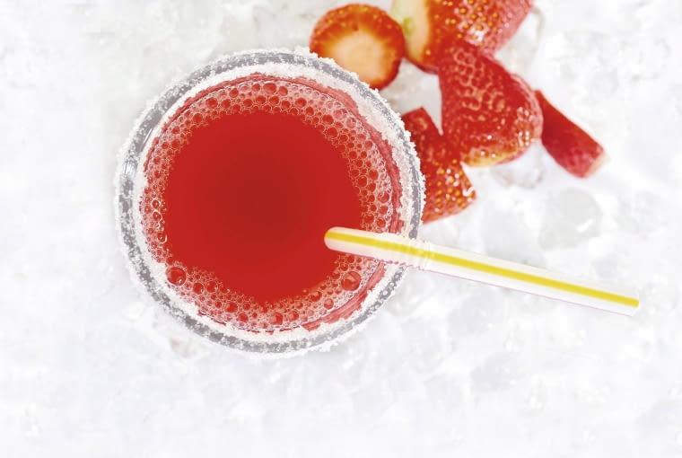 """Napoje apetycznie prezentują się w szklankach z """"oszronionymi"""" krawędziami. Ich brzegi zanurzamy w wodzie, a potem w cukrze (albo soli)"""