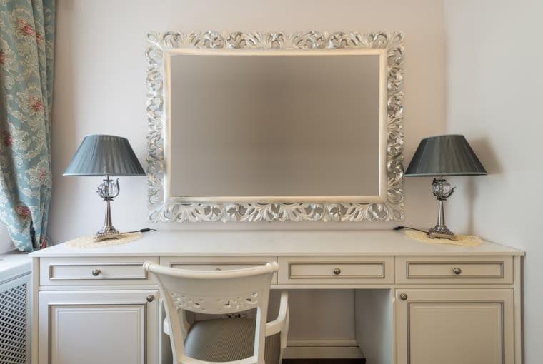 Toaletka wielu osobom kojarzy się, jako miejsce wykonywania makijażu. Pamiętajmy jednak, że dzięki półkom i szufladom, które posiada, umożliwia również przechowywanie kosmetyków jak i innych drobnych kobiecych bibelotów
