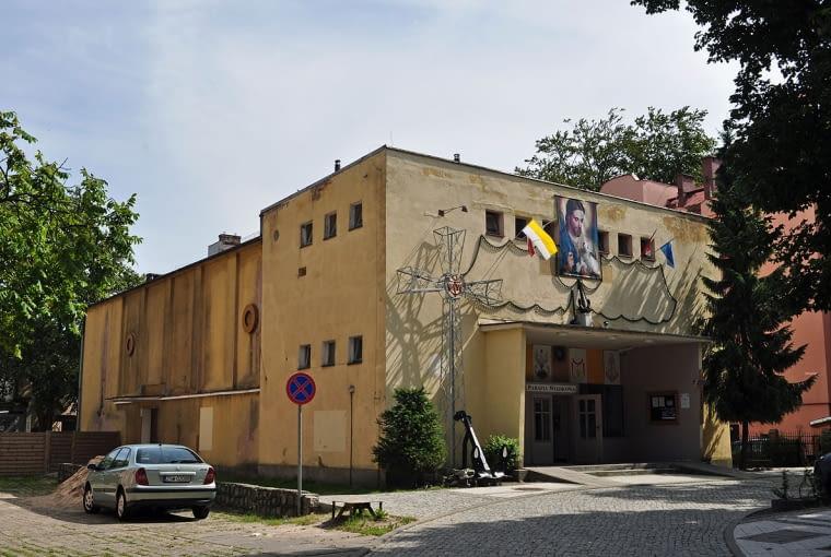 Budynek dawnego kina, które przekształcono w kościół. Obiekt przed przebudową. Fotografia z dnia 11 sierpnia 2011.