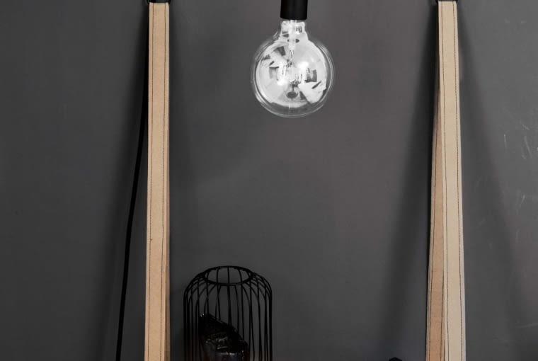 PO ZMIANIE. Zamiast 'sklepowych' szafek nocnych - proste półki zrobione zblatu starego stołu. Nad nimi lampy-żarówki nadługich kablach (zainstalowane je też jako oświetlenie sufitowe oraz nad biurkiem).