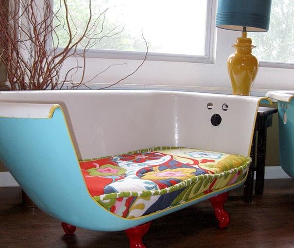 """Pamiętacie sofę Holly ze """"Śniadania u Tiffany'ego""""? Można zrobić ją samemu. Wystarczy wyciąć przednią część starej wanny, oszlifować ostre krawędzie i pomalować wannę na wybrany kolor. By """"sofa"""" była wygodna, umieść na niej materac i miękkie poduszki."""