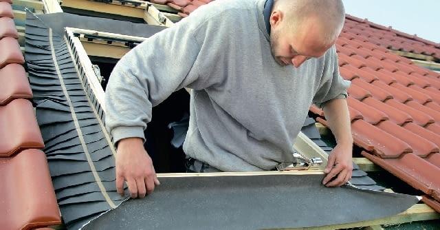 Krok 3. Gotową izolację przeciwwilgociową lub odpowiednio dopasowaną membranę dachową układa się wokół okna, z każdej strony wywija na ościeżnicę i starannie przymocowuje do niej zszywkami.