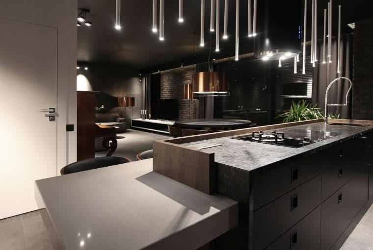 W tym mieszkaniu czarna jest nie tylko kuchnia, ale całe wnętrze. Trend na ciemne kolory wychodzi już poza kuchnie.
