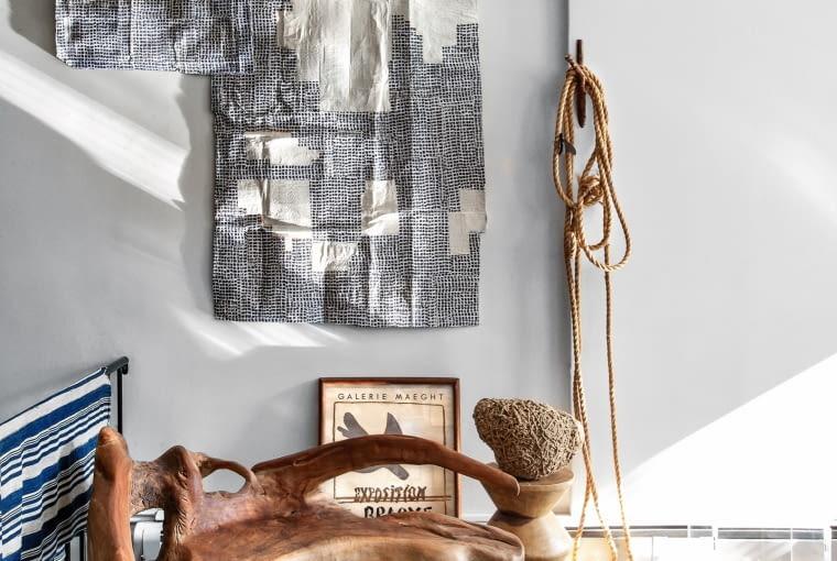 Zwykłe niezwykłe: instalacja z żeglarskiej liny, obok kolaż Karen Gelardi (grafika na papier mâché) i teakowa ławka z Indonezji.