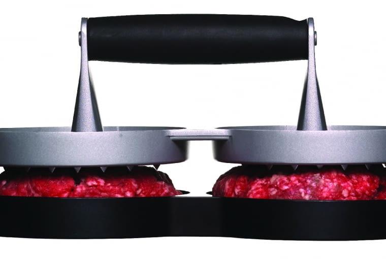 Podwójna praska do hamburgerów/SAGAFORM/FIDE.PL Dzięki niej łatwo i szybko można uformować z mięsa kotlety do hamburgerów. Cena: 119,90 zł, www.fide.pl 016