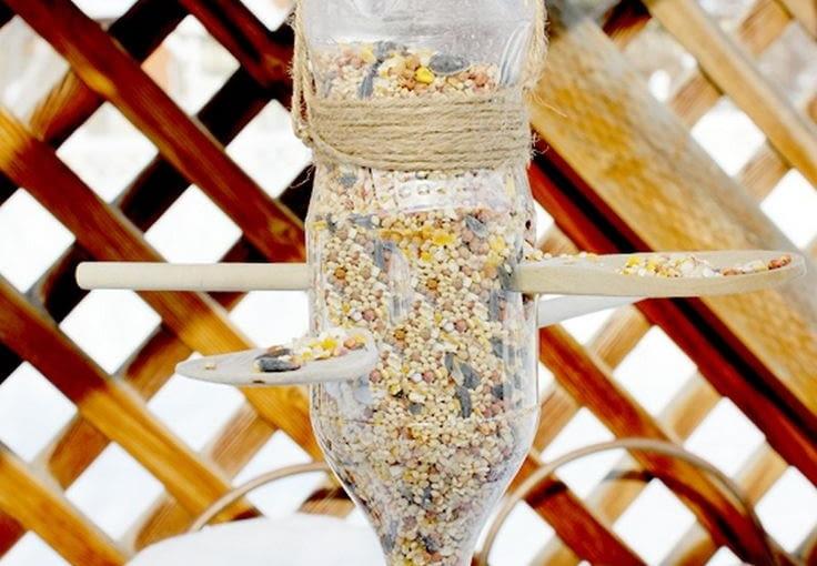 Z butelki i dwóch drewnianych łyżek do sałaty również można zrobić w pełni funkcjonalny, a co najważniejsze automatyczny karmnik dla ptaków. Więcej na: designanddiymagazine.com