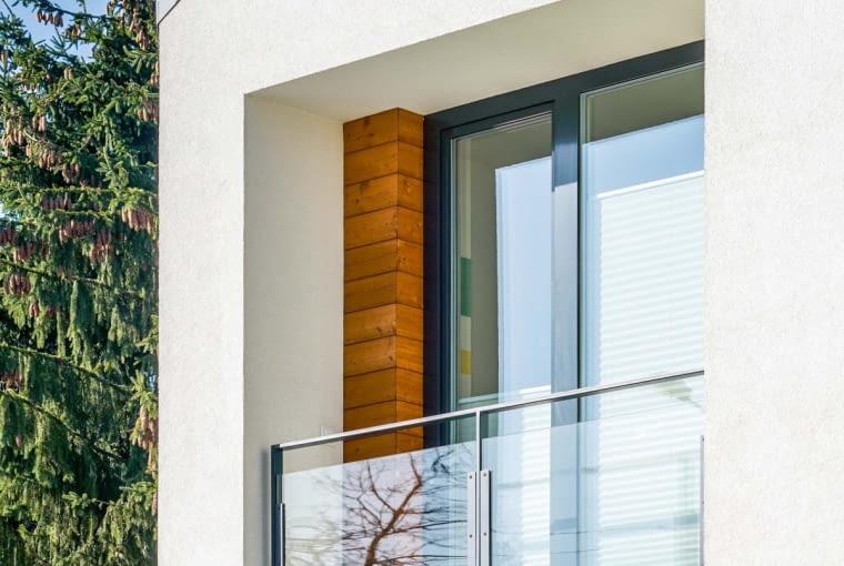 Drewno umieszczone w zagłębieniach murów jest znacznie 'bezpieczniejsze', niż gdyby znalazło się na wystawionych na zmienne warunki atmosferyczne elewacjach
