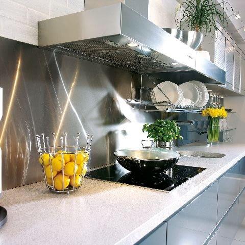Żaroodporna i niewrażliwa na wilgoć blacha wydaje się idealna do kuchni czy łazienki. Trzeba jednak pamiętać, że silnie odbija światło, co może być męczące