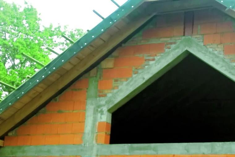 Miejsce połączenia ścian szczytowych z dachem dwuspadowym trzeba odpowiednio zabezpieczyć przed ucieczką ciepła. Często się o tym zapomina, układając dach bezpośrednio na murze