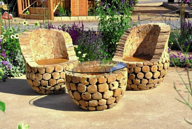 Drewno w ogrodzie. Okazuje się, że eleganckie ogrodowe meble mogą powstać nawet ze zwykłych kołków