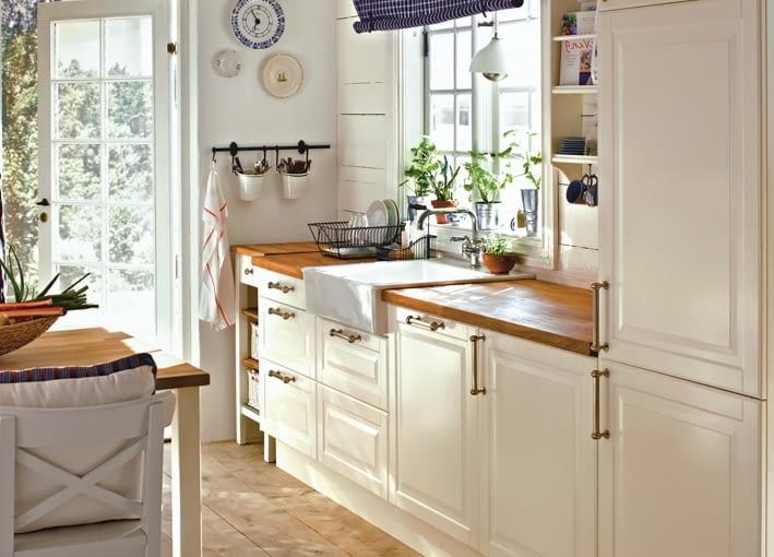 W tradycyjnie zaaranżowanej kuchni nie może zabraknąć relingów, mosiężnych uchwytów ani blatu z drewna. Zdjęcie: IKEA