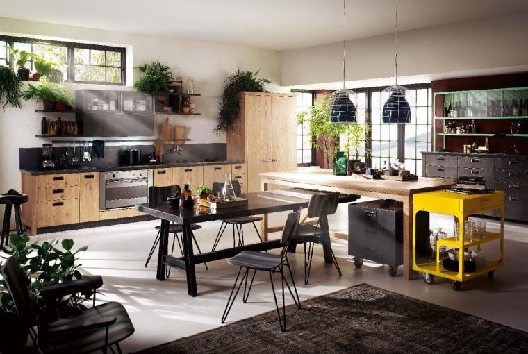 Social kitchen stworzona dla przyjemności zarówno gotowania, jak ispotkań na luzie. Połączono tu różne formy,materiały, kolory, przełamano schematy. To efekt współpracy mocnych marek z różnych światów. Koncept Scavolini & Diesel.