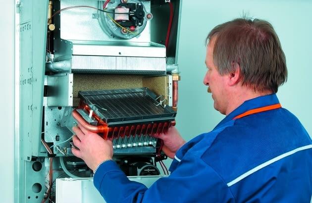 Producenci zalecają wykonanie przeglądu kotła po zakończeniu sezonu grzewczego. Urządzenie dostarcza wtedy tylko ciepłą wodę, a serwisanci mają mniej pracy