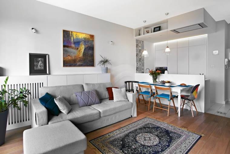 W tym mieszkaniu kuchnia jest niemal niewidoczna. Płynnie wtopiona w przestrzeń, wygląda dyskretnie i stylowo.