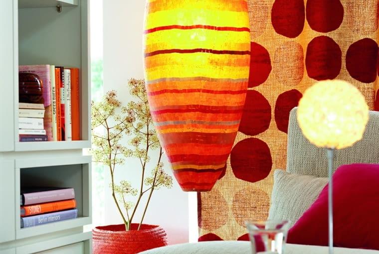 Ciepła barwa światła sprzyja długim, niespiesznym rozmowom przy herbacie lub lampce wina.