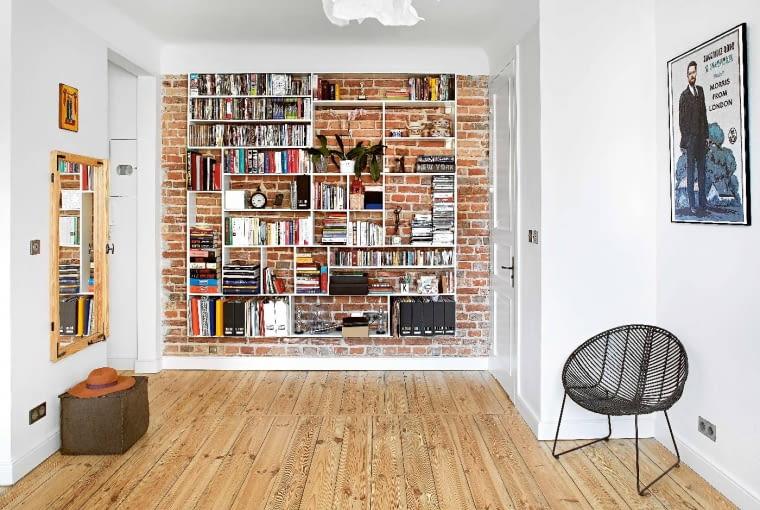ORYGINALNY REGAŁ to projekt Kamili. Na podłodze 120-letnie deski odzyskane z gdańskiej kamienicy. Drzwi po prawej prowadzą do wysuniętej na przedpokój, powiększonej łazienki.