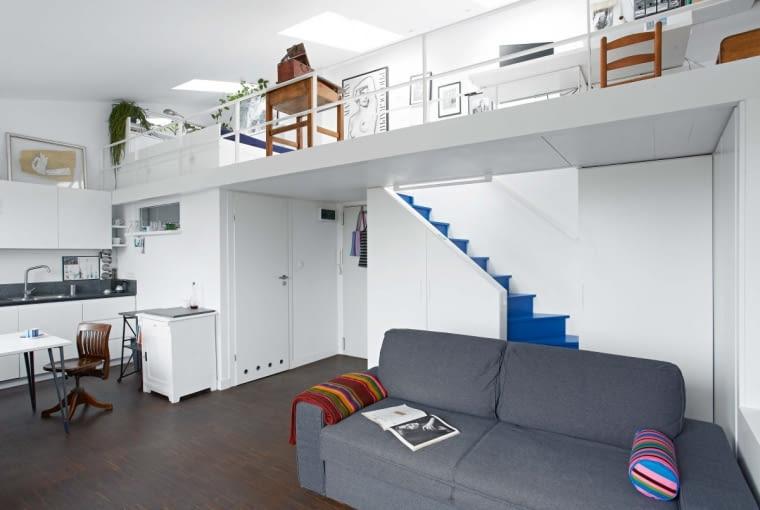 Mieszkanie ma 5,7 m wysokości, bez problemu dało się więc zbudować antresolę. Na niej znajduje się sypialnia i miejsce do pracy - pracownia architektoniczna gospodyni.