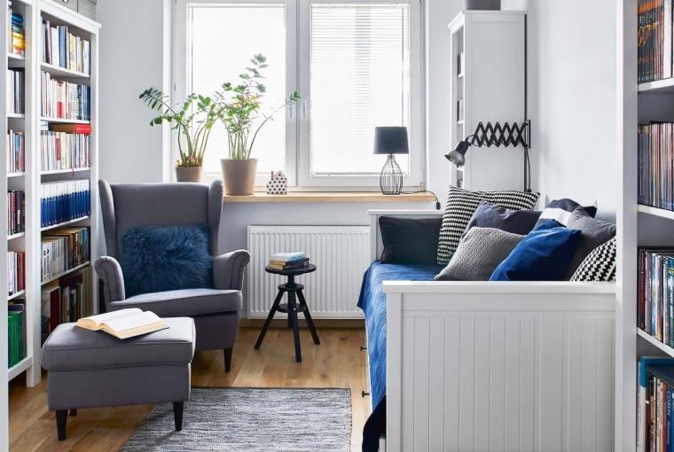 Rama łóżka dla gości (IKEA) powiela wzór płytowego grzejnika. Z IKEA są też fotel z podnóżkiem i taboret. Kinkiet na wysięgniku kupiono w Zorki Factory, dywan - w Malabelle.