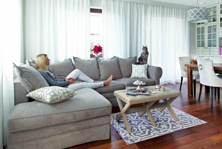 WIELE DODATKÓW, na przykład wzorzysty dywanik, Katarzyna przywiozła ze Stanów Zjednoczonych. Kanapę i stolik kawowy kupiła w Mint Grey. Jesionowe deski są z firmy Europarkiet.
