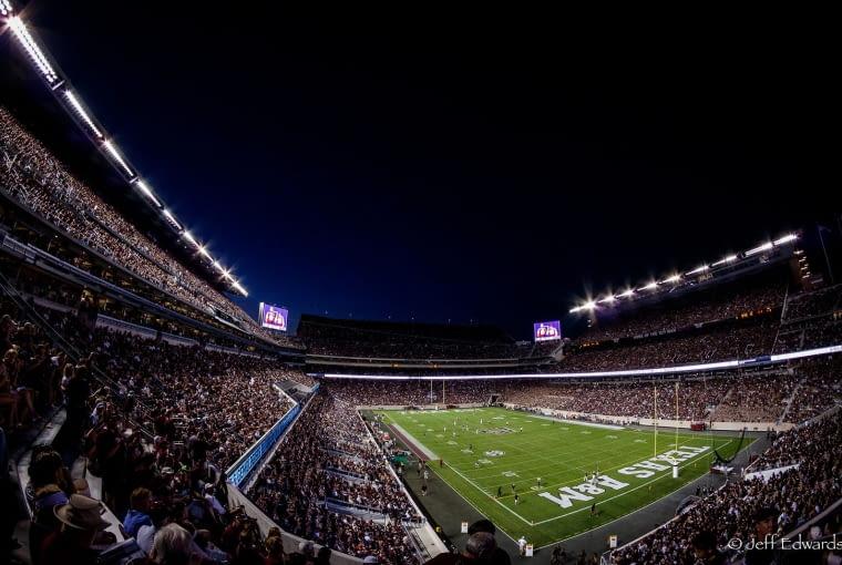 Kyle Field, College Station - USA (V nagroda w głosowaniu internautów) Ostatnia przebudowa zakończona w zeszłym roku została opracowana przez pracownię Populous. Po przebudowie stadion może pomieścić ponad 100 tysięcy widzów.