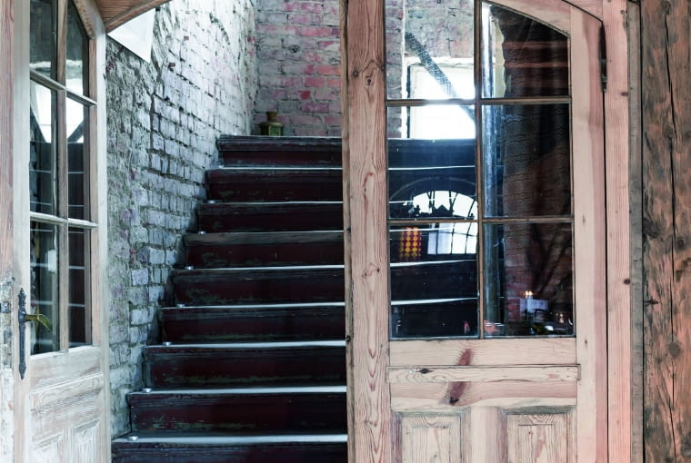 Wejście z zamkowej sieni na pierwsze piętro. XIX-wieczne drzwi pierwotnie były w innej części obiektu.
