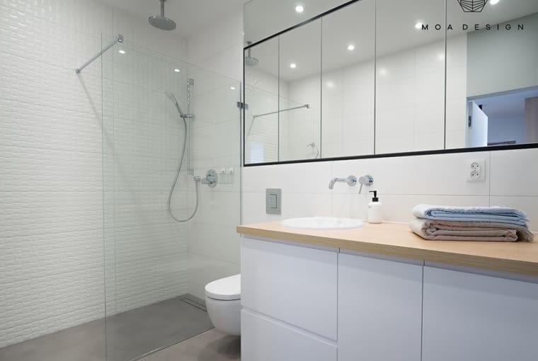 Duża łazienka jest nowoczesna i minimalistyczna.