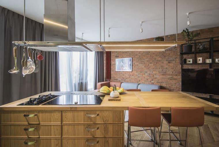 Architektka uważa, że jednym z lepszych pomysłów w mieszkaniu jest wyspa kuchenna z łatwym dostępem do akcesoriów.