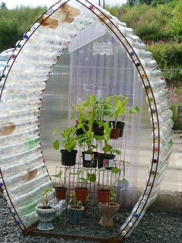 Ten twór jest z pogranicza sztuki i ogrodnictwa. Jeśli stanie w Waszym ogrodzie na pewno zaciekawi przechodniów. Więcej na: www.thegardenglove.com