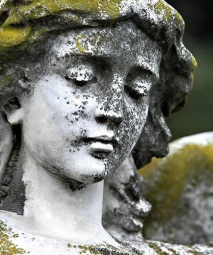 Postarzany ogród. Plenerowa rzeźba powinna wyglądać wiekowo. Naszymi sprzymierzeńcami są mchy i porosty, dzięki którym nawet betonowe kopie antycznych posągów nabierają szlachetności