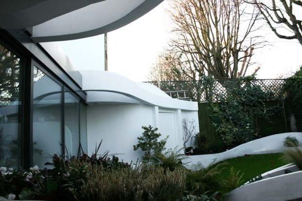 Zaprojektowane przez Atmos Studio organiczne formy powodują, że budynek wraz z ogrodem stanowią całość i wzajemnie się przenikają.