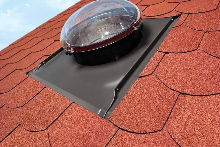 Trwałe i szczelne połączenie z pokryciem dachowym zapewniają kołnierze do świetlików