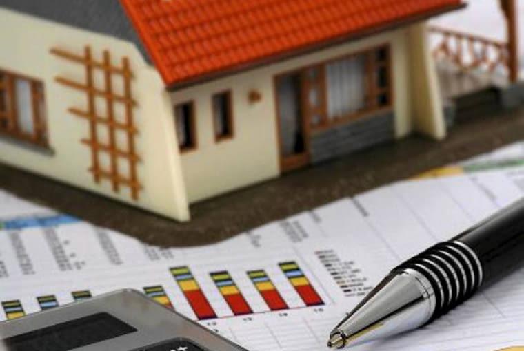 -W zaprojektowaniu oszczędnego domu może bardzo pomóc sprawny architekt, który - korzystając ze swojego doświadczenia - powinien wskazać rozmaite możliwości tanich i zarazem rozsądnych rozwiązań architektonicznych, materiałowych i instalacyjnych.