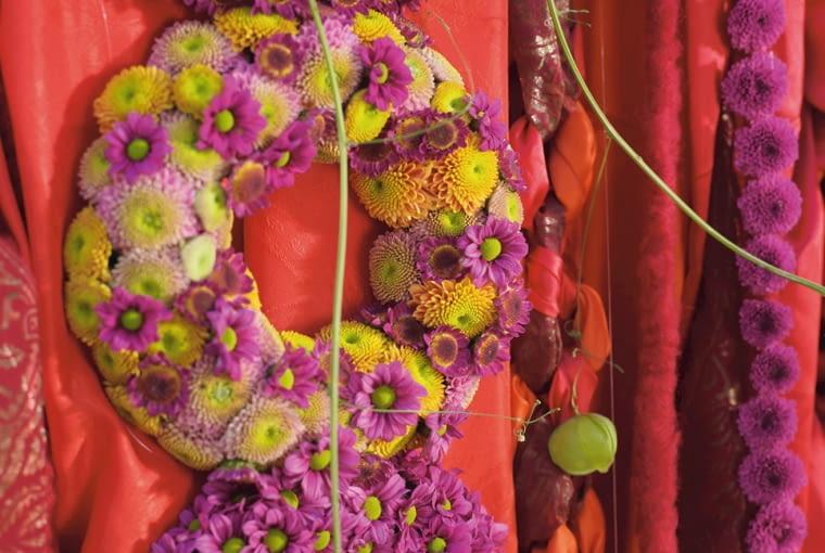 Orientalne kompozycje kwiatowe. Wieńce z chryzantem na formie z gąbki florystycznej