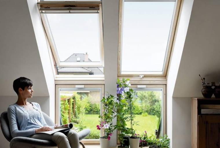 Okna połaciowe produkuje się z drewna klejonego. By lepiej doświetlić pomieszczenie, można je zamontować i w dachu, i w ścianie pod nim. Prod. Velux
