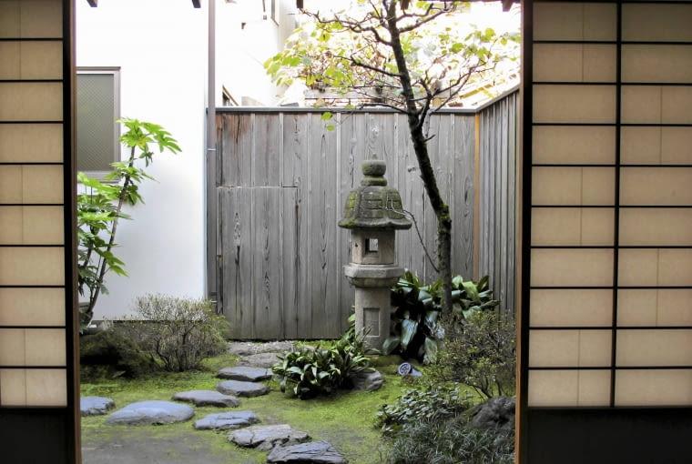 Kamienna ścieżka prowadzi do pawilonu herbacianego.