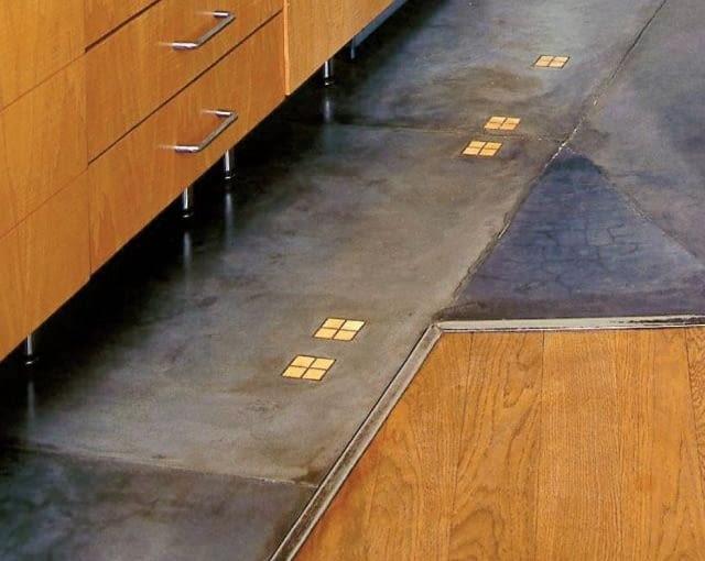 Styk posadzek - drewnianej i kamiennej - zakrywa metalowa listwa. Podział funkcjonalny dodatkowo podkreślają punktowe reflektory