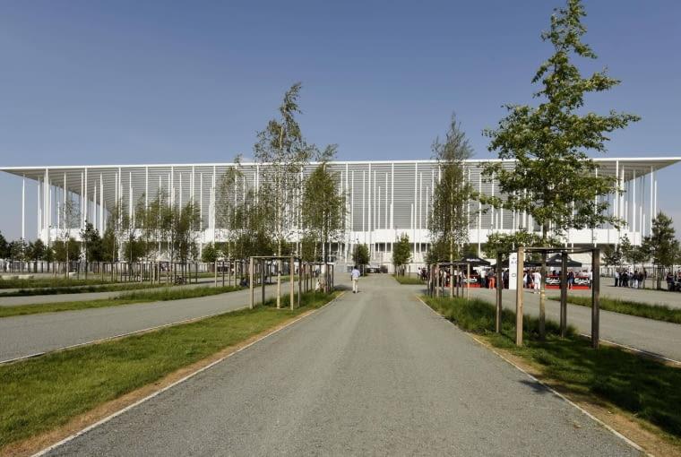 Matmut Atlantique, Bordeaux - Francja (II nagroda w głosowaniu internautów, I nagroda w głosowaniu jury) - całość przypomina odwróconą piramidę podtrzymywaną przez białe, wręcz filigranowe słupy. Jeśli dodamy, że stadion powstał na podmokłych terenach i wymagał szczególnej dbałości o konstrukcję, to filigranowa forma stadionu z pewnością wyda się jeszcze bardziej warta naszej uwagi.