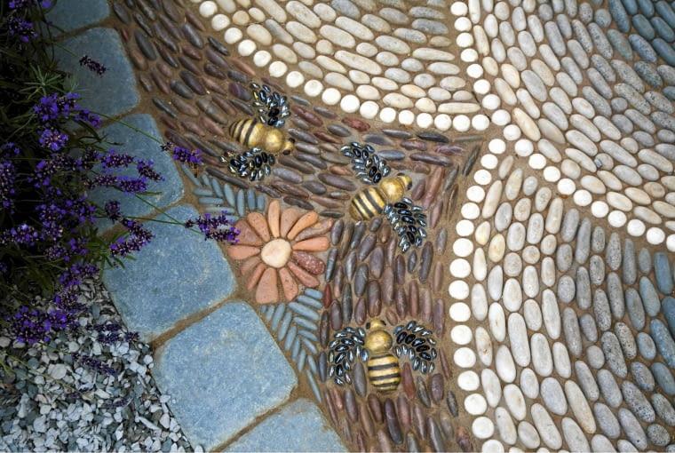Bee design pebble mosaic floor SLOWA KLUCZOWE: Bienen Design Garten Insekten Kiesel Mosaik Muster Terrasse dekorativ gestalten Querformat