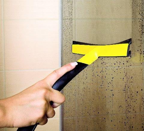Do codziennej pielęgnacji kabiny prysznicowej przyda się ściągaczka do wody, którą można kupić za kilka złotych
