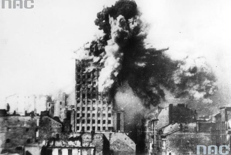 Prudential w Warszawie znany również jako Hotel Warszawa podczas bombardowań w czasie II Wojny Światowej