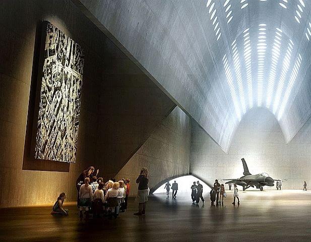 Tajemnicze wnętrza ekspozycyjne... Gra światła, płaszczyzn betonu, prostych ścian, miękkich łuków sklepienia.