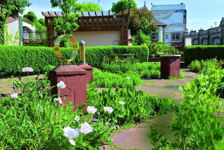 Ogród roślin leczniczych i ekspozycja zegarów słonecznych otacza liczący pół wieku bukszpanowy żywopłot.